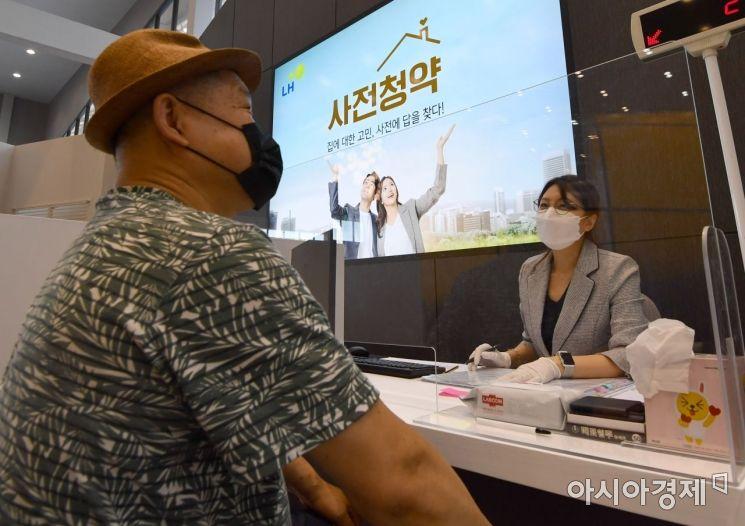 지난달 28일 서울 송파구 장지동에 마련된 3기 신도시 사전청약 접수현장을 찾은 청약 희망자들이 상담을 받고 있다./강진형 기자aymsdream@