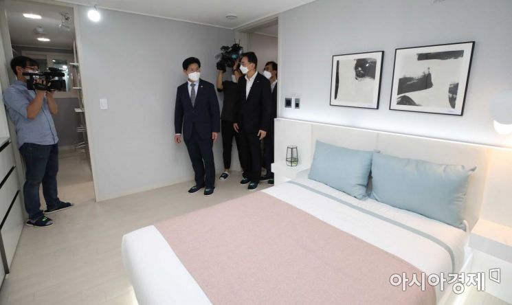 [포토]3기 신도시 신혼희망타운 모델하우스 보는 노형욱 장관