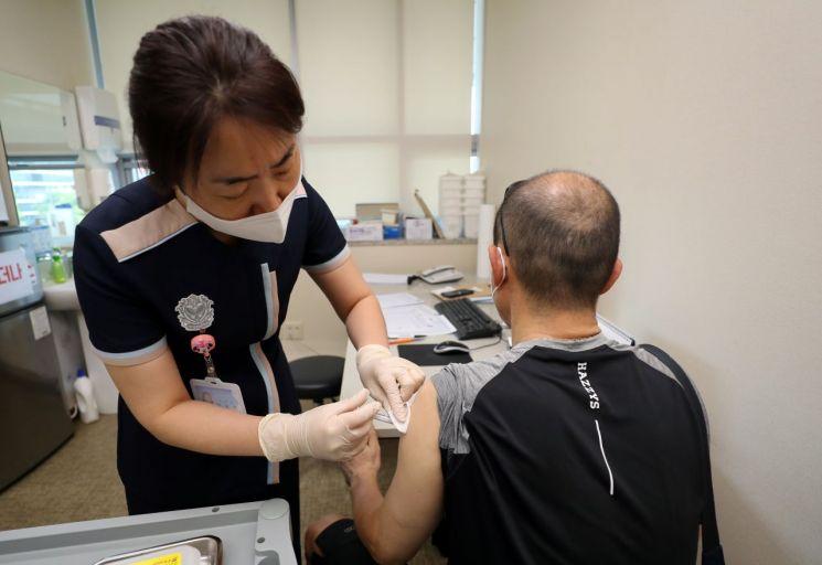 지난 26일 오전 광주 북구의 한 병원에서 모더나 코로나19 백신 접종이 이뤄지고 있다. [이미지출처=연합뉴스]