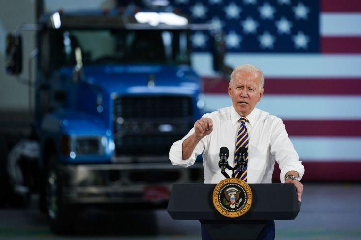 조 바이든 미국 대통령이 트럭 공장에서 연설하며 연방 정부의 미국산 구매 규정 강화 방침을 밝히고 있다. [이미지출처=AP연합뉴스]