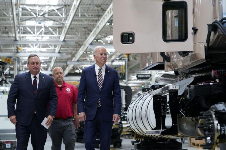 조 바이든 미국 대통령이 트럭 제조 라인을 둘러 보고 있다. [이미지출처=AP연합뉴스]