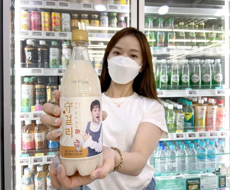 세븐일레븐이 자사의 맛 홍보대사 및 모델로 활동하고 있는 배우 김수미와 '수걸리'를 출시했다.