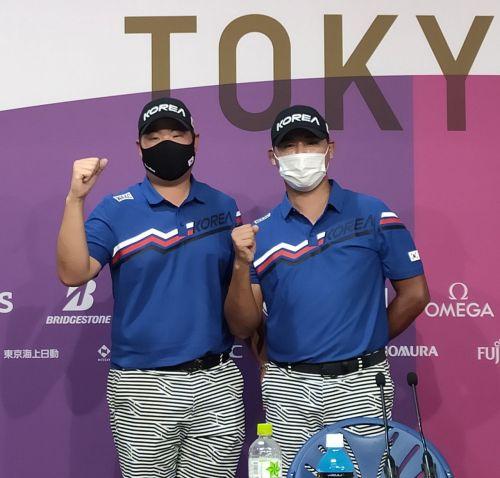 임성재(왼쪽)와 김시우가 도쿄올림픽 1라운드에 앞서 선전을 다짐하고 있다.