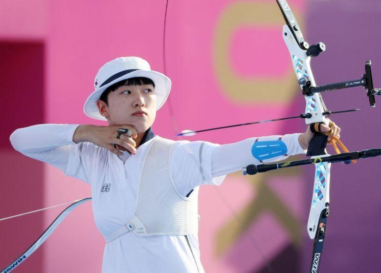 여자 양궁대표 안산이 지난 25일 일본 유메노시마 공원 양궁장에서 열린 도쿄올림픽 여자 양궁 단체전 경기에서 활을 쏘고 있다. / 사진=연합뉴스