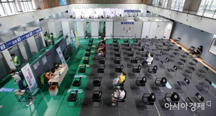 29일 서울 서대문구 북아현문화체육센터에 마련된 예방접종센터에서 접종을 마친 시민들이 이상 반응 확인을 위해 대기하고 있다. 국내 코로나19 백신 1차 접종자는 전날 47만7천853명 늘어, 총 1천838만2천137명을 기록했다. 전체 인구의 35.8%에 해당한다./김현민 기자 kimhyun81@