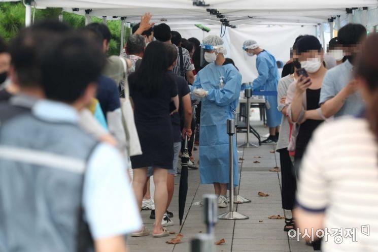 코로나19 유행이 좀처럼 잡히지 않고 있는 29일 서울 종로구 탑골공원 앞 임시 선별검사소를 찾은 시민들이 검사를 위해 대기하고 있다. /문호남 기자 munonam@