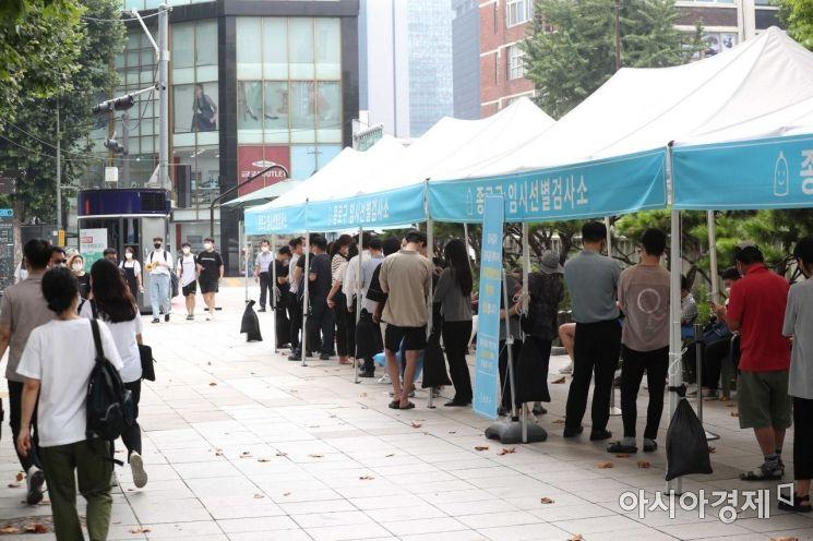 코로나19 유행이 좀처럼 잡히지 않고 있는 29일 서울 종로구 탑골공원 앞 임시 선별검사소를 찾은 시민들이 검사를 위해 대기하고 있다. 질병관리청 중앙방역대책본부는 이날 0시 기준 1674명의 신규 확진자가 발생해 누적 확진자가 19만5099명이라고 발표했다. /문호남 기자 munonam@