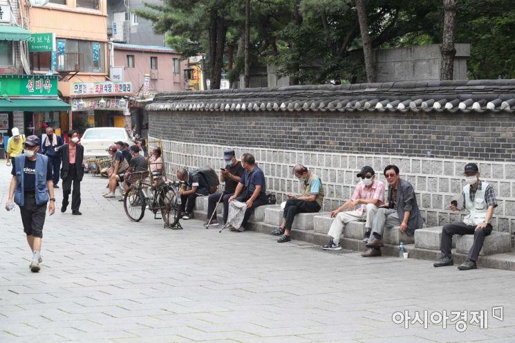 탑골공원 인근에서 어르신들이 모여 담소를 나누고 있다. /문호남 기자 munonam@