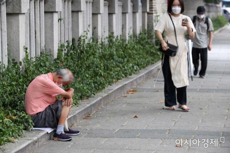 탑골공원 인근에서 한 어르신이 쭈구려 앉아 있다. /문호남 기자 munonam@