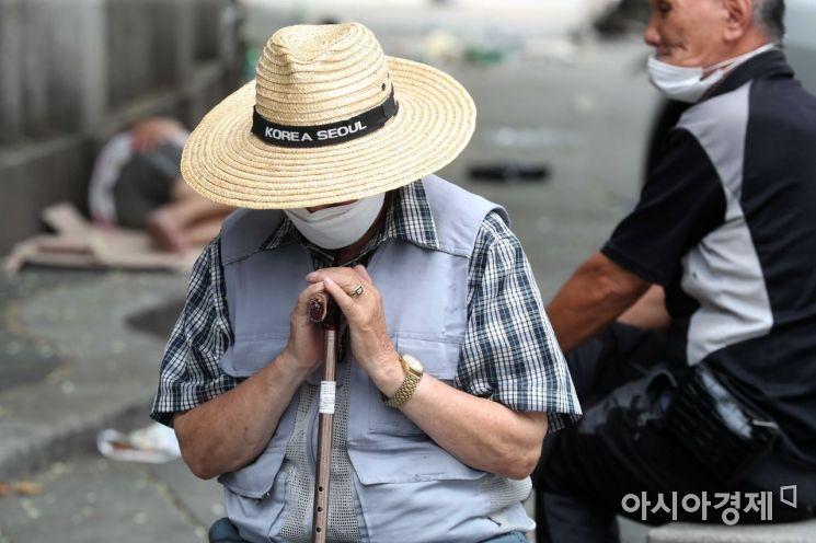 무더위가 기승을 부리고 있다. 코로나19 확산 방지 관련 출입이 금지된 서울 종로구 탑골공원 인근에서 어르신들이 더위를 식히고 있다. /문호남 기자 munonam@