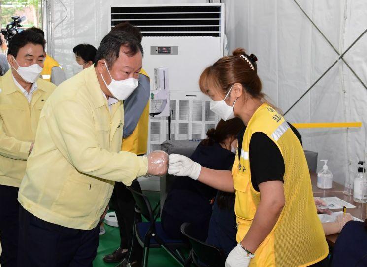 김인호 서울시의회 의장, 코로나 예방접종센터·노숙인쉼터 현장방문