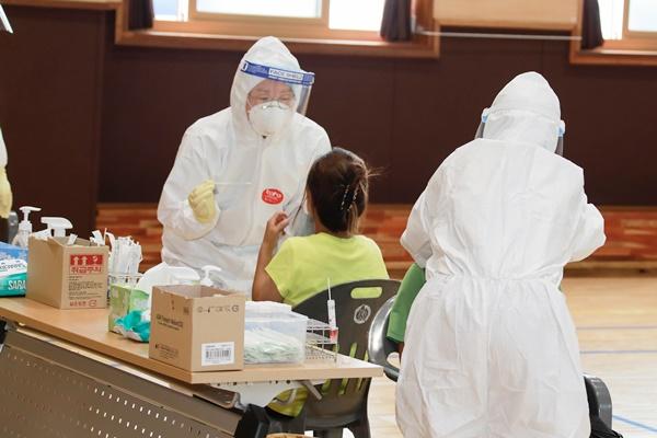 임시 선별 진료소에서 초등학생이  PCR 검사 받고 있다. (사진=완도군 제공)