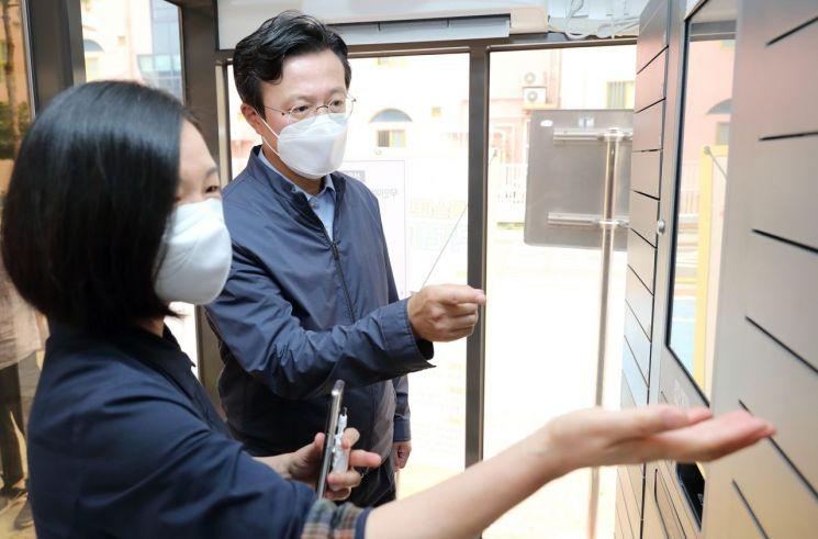 [포토]성장현 용산구청장, 폭염 대비 무더위쉼터 점검