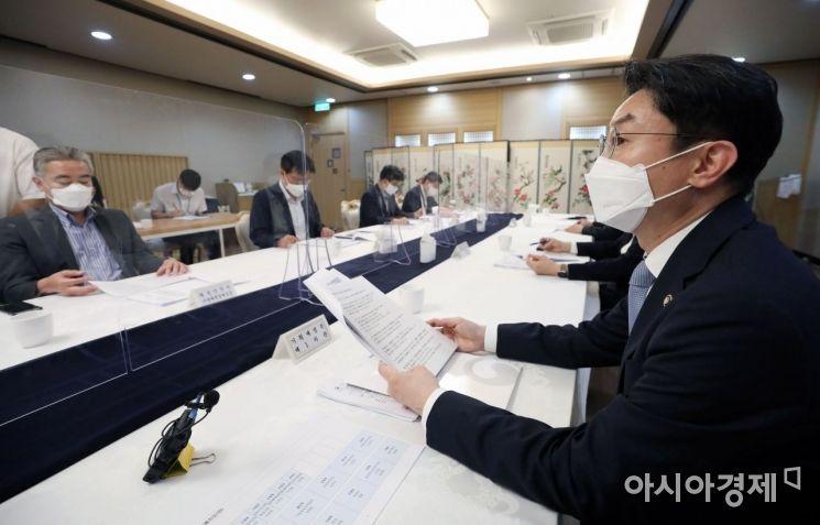 [포토] 혁신성장 전략점검회의 주재하는 이억원 차관