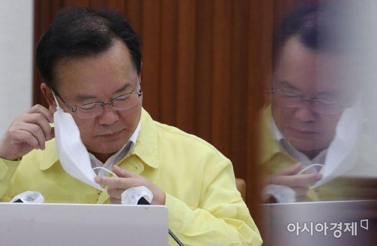 [포토] 마스크 벗는 김부겸 총리