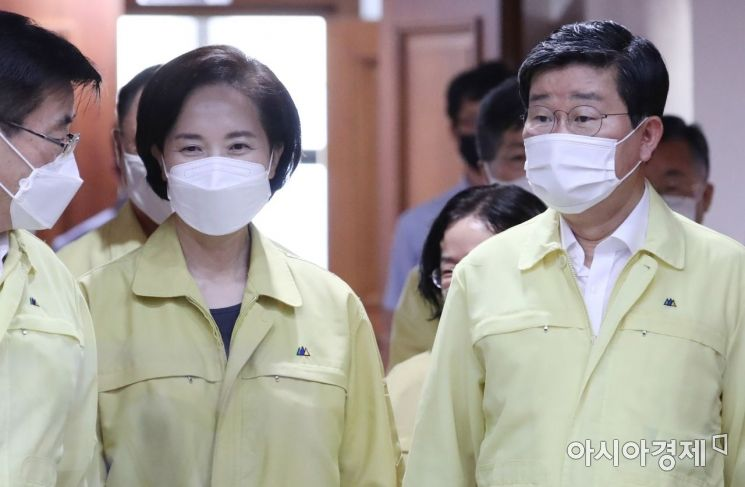 [포토] 코로나19 중대본회의 참석하는 유은혜-전해철