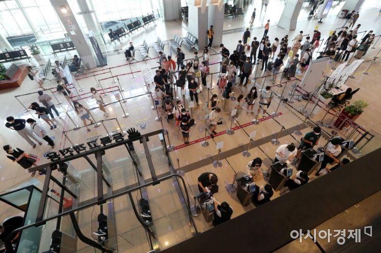 '거리두기 4단계' 무색한 김포공항. /문호남 기자 munonam@