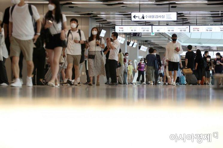 여행객들이 탑승수속을 위해 분주히 이동하고 있다. /문호남 기자 munonam@