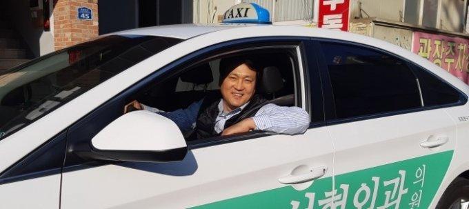 택시에 탑승해 있는 안민석 더불어민주당 의원의 모습. /사진=안민석 의원 페이스북 캡쳐