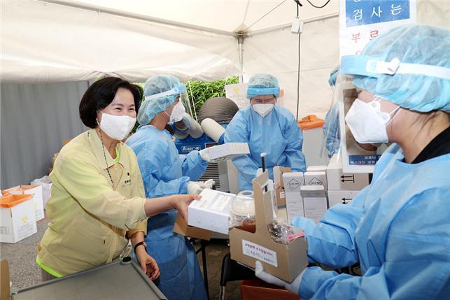 [포토]김수영 양천구청장 선별진료소 의료진에 간식 전달