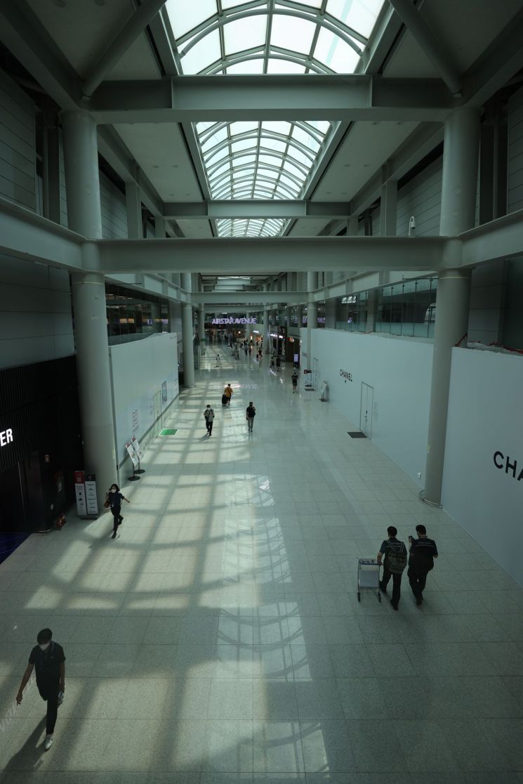 29일 오후 인천국제공항 출국장 면세점이 한산한 모습이다. [이미지출처=연합뉴스]