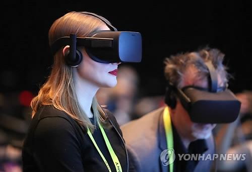 페이스북의 자회사 '오큘러스'에서 개발한 가상현실(VR) 고글. / 사진=연합뉴스