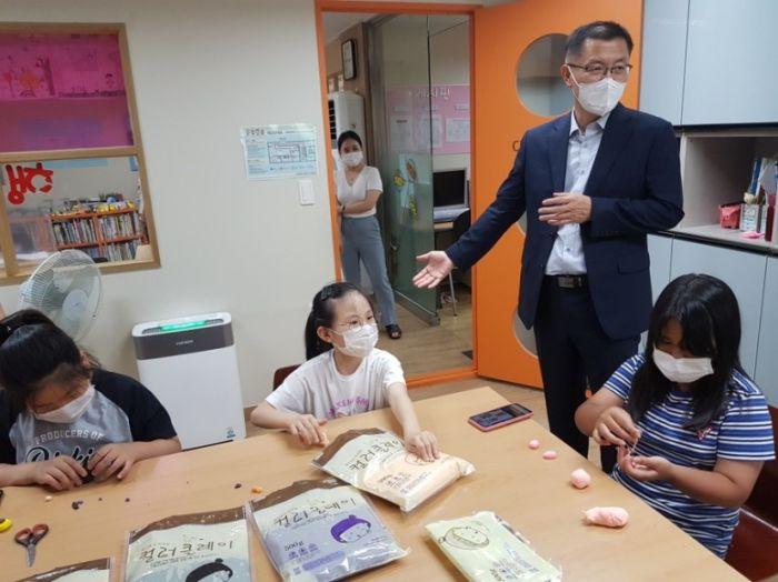 목포교육지원청은 목포 관내 40개 지역아동센터에 교육 교재를 지원했다. 사진=목포교육지원청 제공