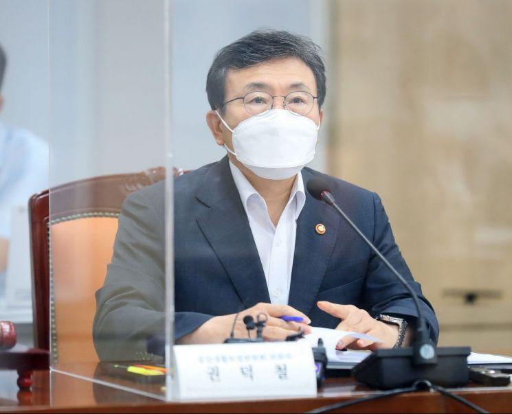 30일 열린 중앙생활보장위원회 제63차 회의에서 권덕철 보건복지부 장관이 발언하고 있다. (사진제공=보건복지부)