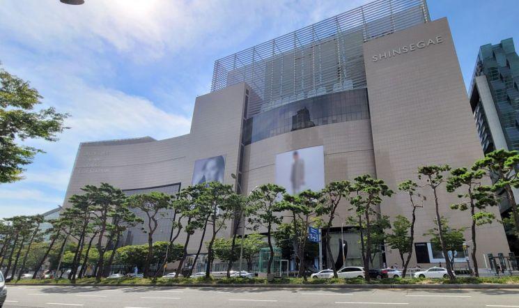 30일 부산 해운대구에 있는 신세계백화점 센텀시티점. 이 백화점 한 명품 매장 직원들이 잇따라 코로나19에 확진되는 일이 벌어졌다. 사진=연합뉴스