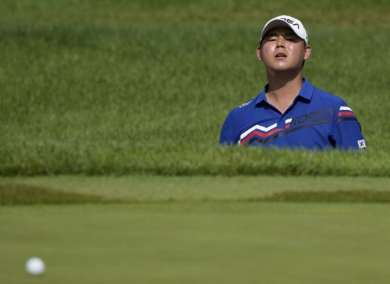 김시우가 도쿄올림픽 남자 골프 2라운드 4번홀에서 벙커 샷 직후 공을 바라보고 있다. 사진제공=국제골프연맹