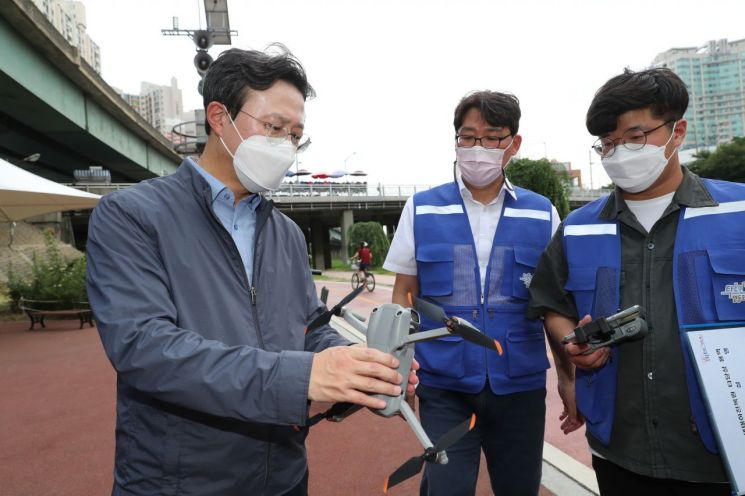 [포토]채현일 영등포구청장, 대방천 생태하천 복원 현장 점검
