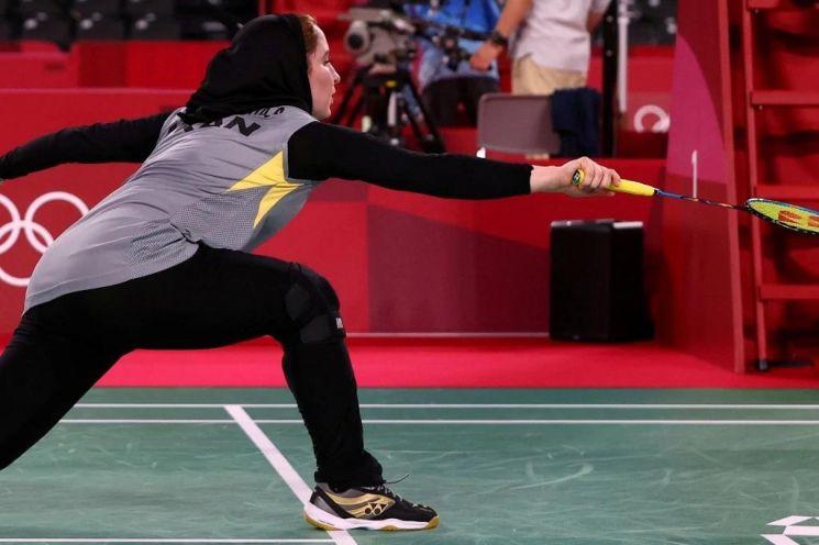 지난 28일 열린 여자 배드민턴 예선 경기에서 이란의 소라야 아게히 하지아 선수가 히잡에 긴팔 상의, 레깅스를 입고 경기하고 있다. [이미지출처=연합뉴스]