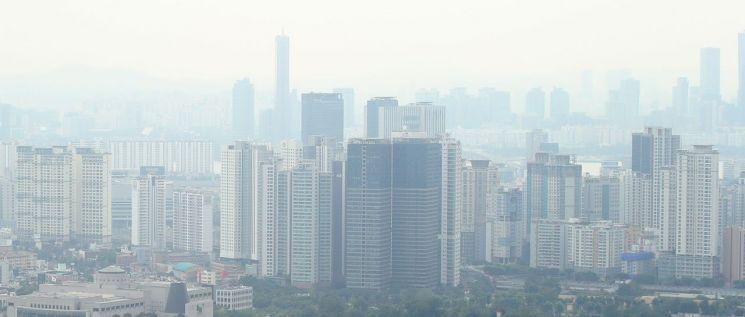 서울 아파트 전셋값 상승률이 1년 만에 가장 높은 수준을 기록했다. 29일 한국부동산원에 따르면 7월 넷째 주(26일 기준) 서울 아파트 전셋값은 0.16% 오른 것으로 나타났다. 이는 새 임대차법 시행 직후인 지난해 8월 첫째 주(0.17%) 이후 가장 높은 상승률이다. 사진은 29일 오후 서울 남산에서 바라본 도심 아파트 모습.