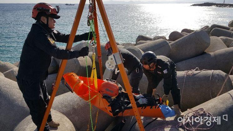 사진은 울진해양경찰서 구조대원들이 울진군 후포항에서 방파제 추락 구조자 훈련을 실시하고 있는 모습. [울진해양경찰서 제공]