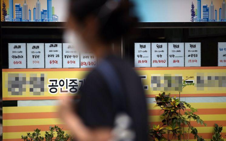 서울 서초구 반포동의 한 부동산중개업소 앞 시세표. [이미지출처=연합뉴스]