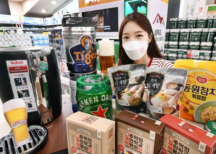 모델이 서울 등촌동 홈플러스 강서점에서 '홈치어링 기획전' 상품을 선보이고 있다(사진제공=홈플러스).
