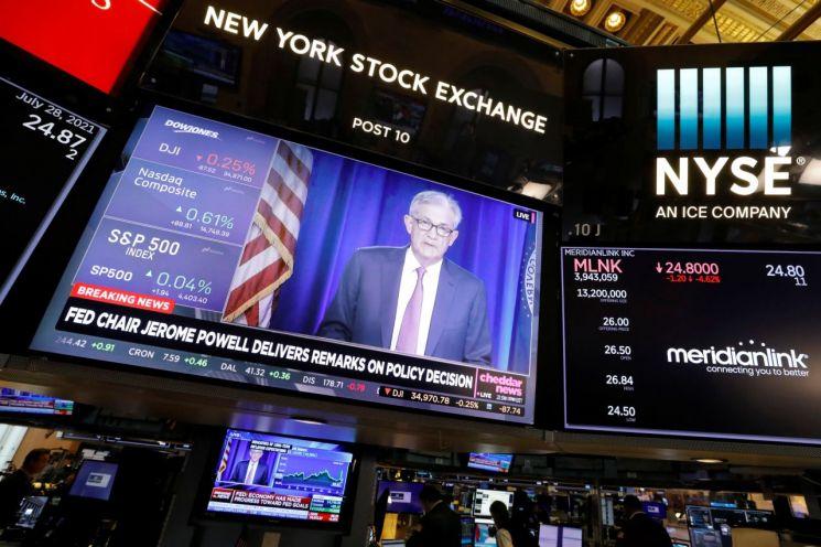 제롬 파월 미국 연방준비제도(Fed) 의장이 지난달 28일(현지시간) 연방공개시장위원회(FOMC) 정례회의를 마친 뒤 기자회견을 하는 모습이 뉴욕증권거래소(NYSE) 전광판에 표시돼 있다. [이미지출처=연합뉴스]