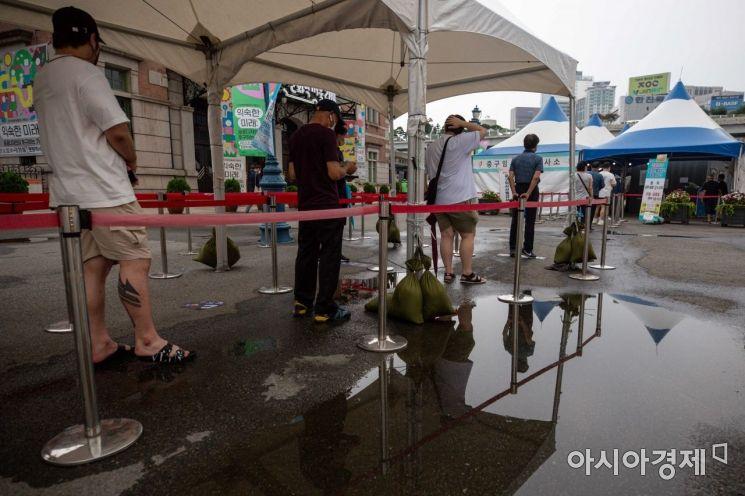 코로나19 신규 확진자가 1,442명 발생하며 26일째 네 자릿수를 이어가고 있는 1일 서울역 광장에 마련된 임시선별진료소를 찾은 시민들이 검사를 받기 위해 대기하고 있다./강진형 기자aymsdream@
