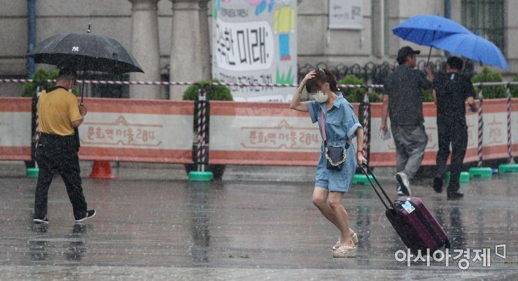 소나기가 내리는 서울역 인근에서 시민들이 발걸음을 재촉하고 있다./강진형 기자aymsdream@