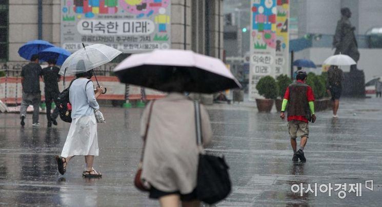 서울을 비롯한 중부지역에 산발적으로 소나기가 내리고 있는 1일 서울역 인근에서 시민들이 발걸음을 재촉하고 있다./강진형 기자aymsdream@