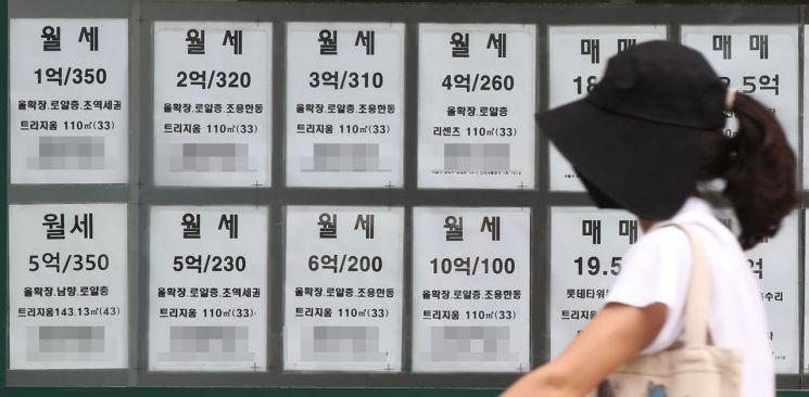 1일 오전 서울의 한 부동산중개업소에 월세 매물정보가 붙어 있다. <사진=연합뉴스>