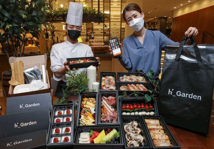 직원들이 1일 오전 서울 마포구에 위치한 에이치가든에서 직원이 '케이터링박스'를 소개하고 있다.