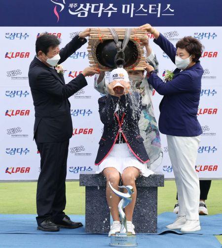 오지현이 제주삼다수마스터스 우승 직후 독특한 세리머니를 펼치고 있다. 사진제공=KLPGA