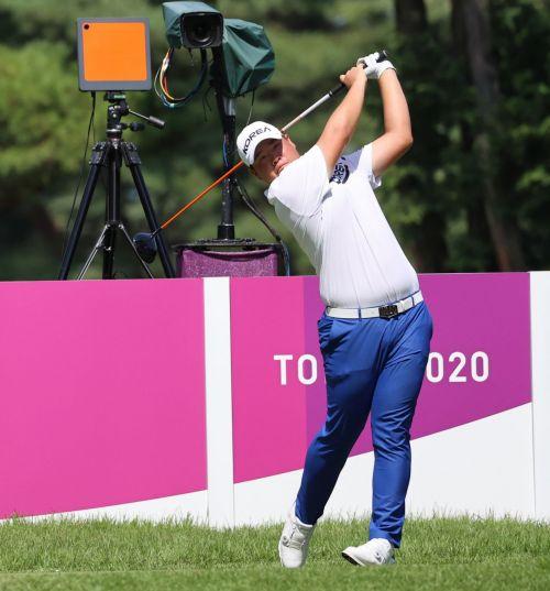 임성재가 도쿄올림픽 남자 골프 최종일 경기 도중 티 샷을 날리고 있다. 사진제공=국제골프연맹