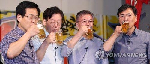 문재인 대통령(오른쪽 둘째)이 지난 2017년 4월8일 서울 마포의 호프집에서 당시 민주당 대선경선에 함께 출마했던 안희정 전 충남지사(오른쪽부터), 이재명 경기지사, 최성 전 고양시장과 맥주를 함께 마시는 모습. [이미지출처=연합뉴스]
