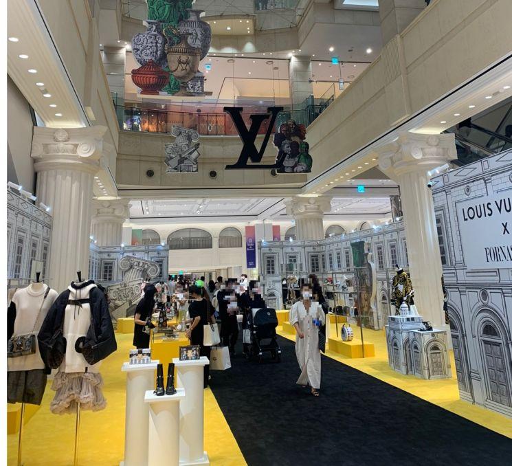 신세계백화점 강남점은 지난달 30일부터 오는 15일까지 5개층에 걸쳐 루이비통의 2021년 가을·겨울 신상품을 선보이는 팝업스토어를 연다. 지난달 31일 1층 '더 스테이지'에서 방문객들이 상품을 살펴보고 있다.