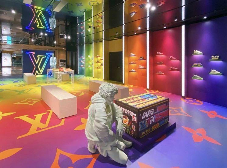 신세계백화점 강남점은 지난달 30일부터 오는 15일까지 5개층에 걸쳐 루이비통의 2021년 가을·겨울 신상품을 선보이는 팝업스토어를 연다. 6층 남성 컬렉션 팝업스토어 모습(사진제공=신세계백화점).