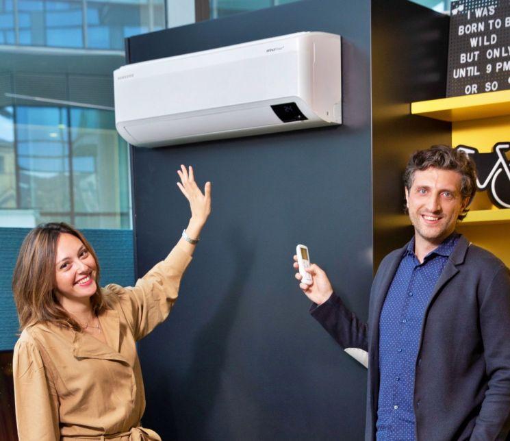 삼성전자 직원이 이탈리아 법인 내의 스마트홈 쇼룸에서 무풍에어컨을 소개하고 있다./사진제공=삼성전자