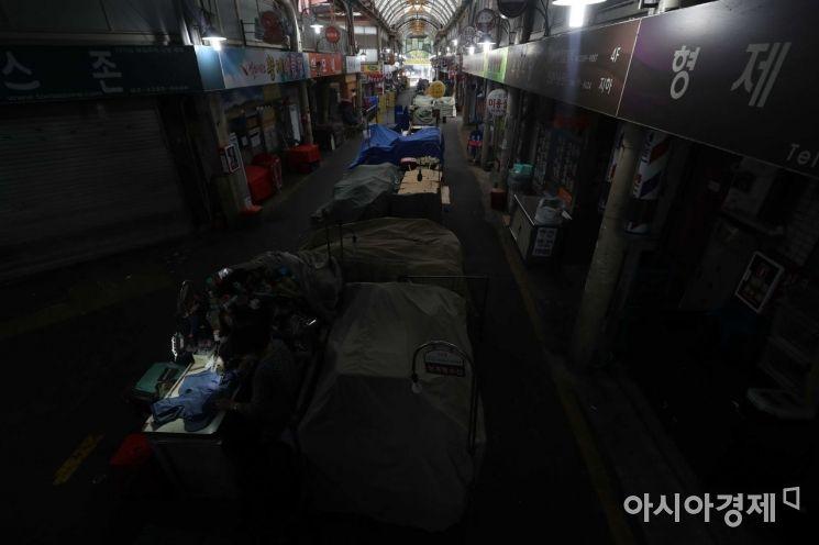 [포토]홀로 불 밝힌 상인