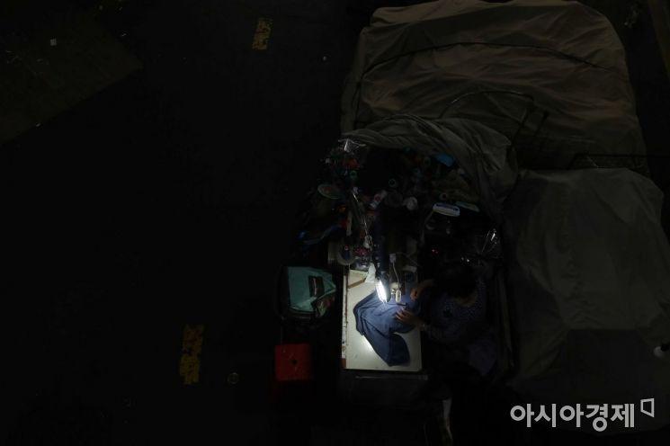 [포토]불 꺼진 전통시장... 홀로 불 밝힌 작업